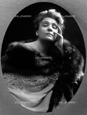 NVM-F-000091-0000 - Half-length portrait of the famous theater actress Eleonora Duse