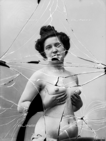 NVM-F-003170-0000 - Female portrait with unveiled breast - Date of photography: 1900-1910 - Fratelli Alinari Museum Collections-Nunes Vais Archives, Florence