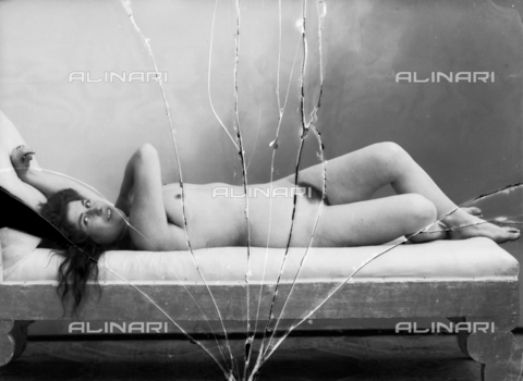 NVM-F-003172-0000 - Portrait of naked woman lying - Date of photography: 1900-1910 - Fratelli Alinari Museum Collections-Nunes Vais Archives, Florence