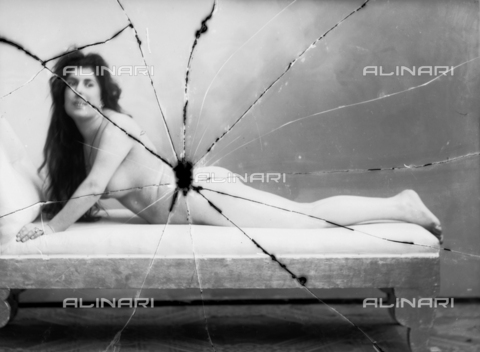 NVM-F-003175-0000 - Portrait of naked woman lying - Date of photography: 1900-1910 - Fratelli Alinari Museum Collections-Nunes Vais Archives, Florence