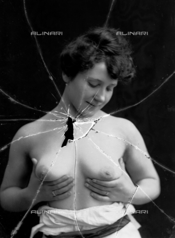 NVM-F-003180-0000 - Female portrait with unveiled breast - Date of photography: 1900-1910 - Fratelli Alinari Museum Collections-Nunes Vais Archives, Florence