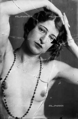 NVM-F-003189-0000 - Female portrait with unveiled breast, with necklace - Date of photography: 1900-1910 - Fratelli Alinari Museum Collections-Nunes Vais Archives, Florence