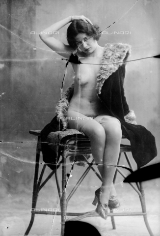 NVM-F-003190-0000 - Nude female portrait  on a stool - Date of photography: 1900-1910 - Fratelli Alinari Museum Collections-Nunes Vais Archives, Florence