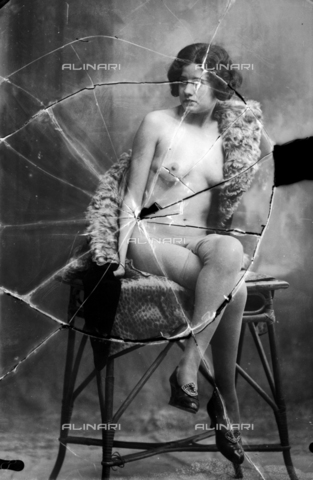 NVM-F-003193-0000 - Nude female portrait  on a stool - Date of photography: 1900-1910 - Fratelli Alinari Museum Collections-Nunes Vais Archives, Florence