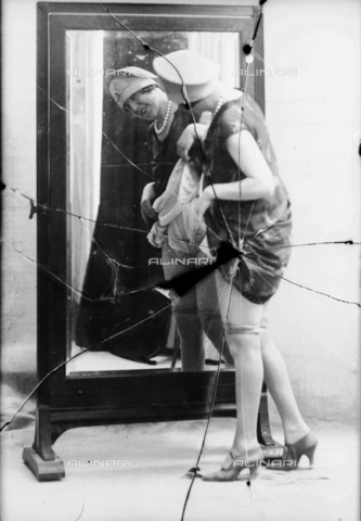 NVM-F-003198-0000 - Female portrait in front of a mirror - Date of photography: 1900-1910 - Fratelli Alinari Museum Collections-Nunes Vais Archives, Florence