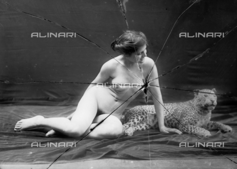 NVM-F-003204-0000 - Portrait of naked woman with a leopard - Date of photography: 1900-1910 - Fratelli Alinari Museum Collections-Nunes Vais Archives, Florence