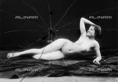NVM-F-003206-0000 - Portrait of naked woman lying - Date of photography: 1900-1910 - Fratelli Alinari Museum Collections-Nunes Vais Archives, Florence