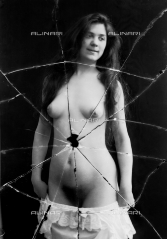NVM-F-003210-0000 - Nude female portrait - Date of photography: 1900-1910 - Fratelli Alinari Museum Collections-Nunes Vais Archives, Florence