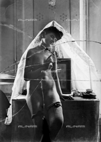 NVM-F-003211-0000 - Portrait of naked woman with a veil - Date of photography: 1900-1910 - Fratelli Alinari Museum Collections-Nunes Vais Archives, Florence