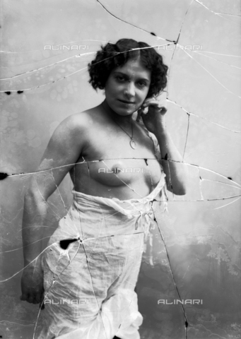 NVM-F-003219-0000 - Female portrait with unveiled breast - Date of photography: 1900-1910 - Fratelli Alinari Museum Collections-Nunes Vais Archives, Florence