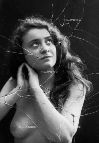 NVM-F-003240-0000 - Ritratto femminile a seno scoperto - Data dello scatto: 1900-1910 - Archivi Alinari, Firenze