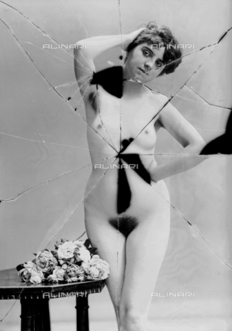 NVM-F-003248-0000 - Nude female  with flowers - Date of photography: 1900-1910 - Fratelli Alinari Museum Collections-Nunes Vais Archives, Florence