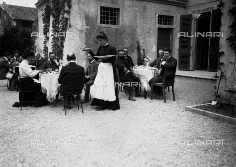 NVQ-S-000302-0013 - Lunch in the garden of a Veronese villa