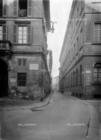 NVQ-S-001053-0001 - Via Circo corner Via Cappuccio, Milan - Date of photography: 1920-1930 - Alinari Archives, Florence