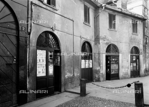 NVQ-S-001055-0002 - Street of the old part of Milan - Date of photography: 1920-1930 - Alinari Archives, Florence