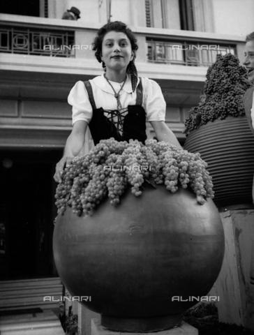 NVQ-S-002199-7018 - Festa dell'Uva a Impruneta: sfilata dei carri in Piazza Buondelmonti - Data dello scatto: 1949 ca. - Archivi Alinari, Firenze