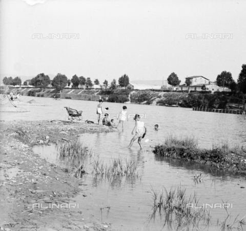 NVQ-S-002202-0003 - Children bathe in Arno in Florence - Date of photography: 1935-1943 ca. - Alinari Archives, Florence