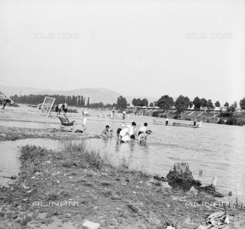 NVQ-S-002202-0004 - Children bathe in Arno in Florence - Date of photography: 1935-1943 ca. - Alinari Archives, Florence