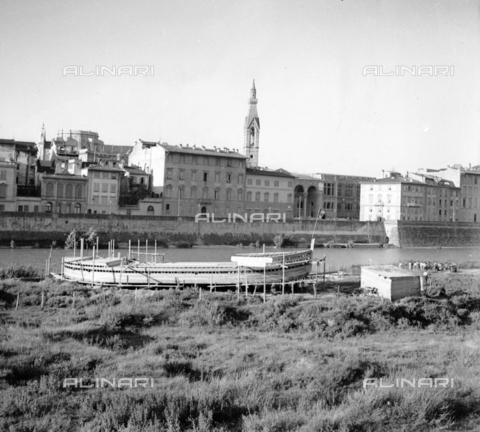 NVQ-S-002202-0014 - Boat under construction on the banks of the Arno in Florence. On the Lungarno delle Grazie background with the Central National Library - Date of photography: 1935-1940 ca. - Alinari Archives, Florence
