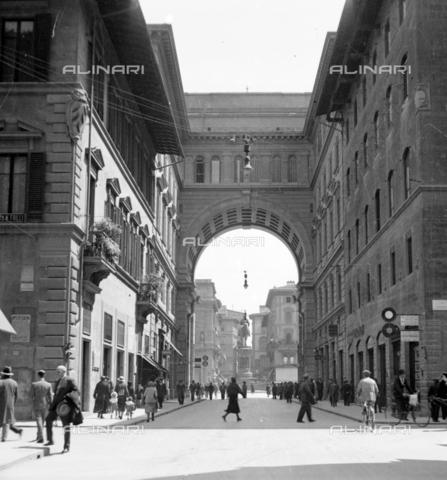 NVQ-S-002202-0018 - View of Piazza della Repubblica (formerly Piazza Vittorio Emanuele II) in Florence from Via degli Strozzi - Date of photography: 1925-1931 - Alinari Archives, Florence