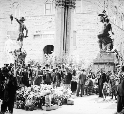 NVQ-S-002202-0025 - Flower market under the Loggia dei Lanzi in Piazza della Signoria in Florence - Date of photography: 1925-1935 ca. - Alinari Archives, Florence
