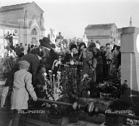 NVQ-S-002202-0031 - Crowd at the Monumental Cemetery of the Porte Sante (or San Miniato al Monte cemetery) in Florence - Date of photography: 1930-1940 ca. - Alinari Archives, Florence