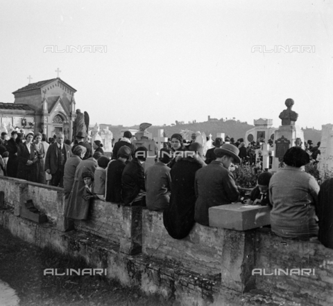 NVQ-S-002202-0034 - Crowd at the Monumental Cemetery of the Porte Sante (or San Miniato al Monte cemetery) in Florence - Date of photography: 1930-1940 ca. - Alinari Archives, Florence
