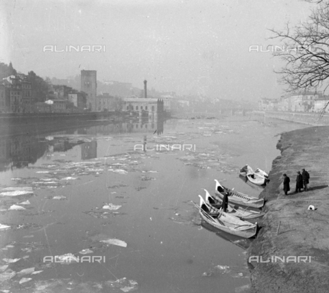 NVQ-S-002202-0035 - Boats on the Arno in Florence. On the left Torre San Niccolò and the Fabbrica dell'Acqua - Date of photography: 1930-1940 ca. - Alinari Archives, Florence