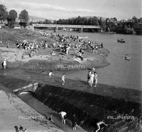 NVQ-S-002202-0038 - Crowd on the bank of the Arno near the Ponte di Ferro (today Ponte San Niccolò) in Florence - Date of photography: 1930-1943 ca. - Alinari Archives, Florence