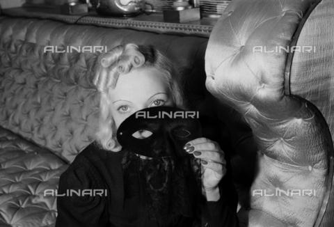 NVQ-S-004004-0010 - Modella con maschera - Data dello scatto: 1940-1945 - Archivi Alinari, Firenze