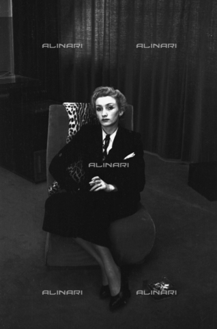 NVQ-S-004004-0041 - Female portrait - Data dello scatto: 1940-1945 - Archivi Alinari, Firenze