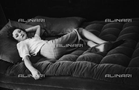 NVQ-S-004004-031A - Modella distesa su un divano - Data dello scatto: 1940 ca. - Archivi Alinari, Firenze