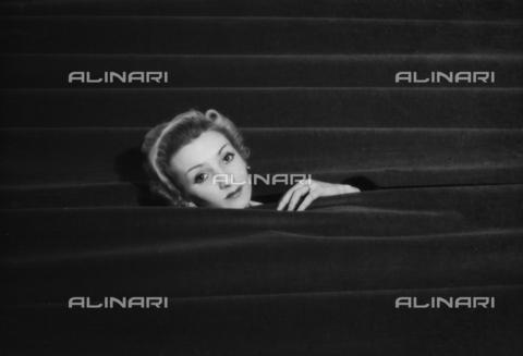 NVQ-S-004004-037B - Female portrait - Data dello scatto: 1940 ca. - Archivi Alinari, Firenze
