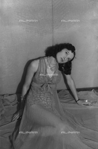 """NVQ-S-004005-0020 - Female portrait; """"Exhumation of a Korai"""" - Data dello scatto: 1941 - Archivi Alinari, Firenze"""