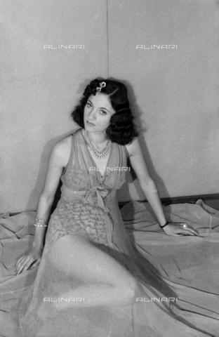 """NVQ-S-004005-0021 - Ritratto femminile; """"Esumazione di una Korai"""" - Data dello scatto: 1941 - Archivi Alinari, Firenze"""