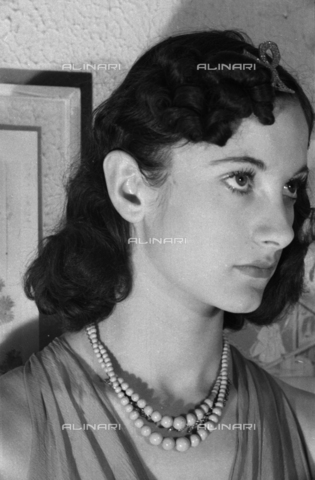 """NVQ-S-004005-0023 - Ritratto femminile; """"Esumazione di una Korai"""" - Data dello scatto: 1941 - Archivi Alinari, Firenze"""