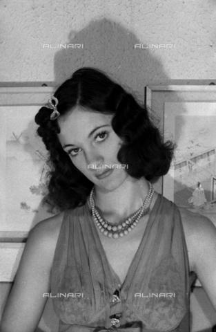 """NVQ-S-004005-0024 - Ritratto femminile; """"Esumazione di una Korai"""" - Data dello scatto: 1941 - Archivi Alinari, Firenze"""