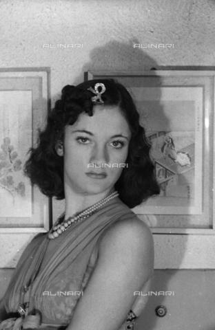 """NVQ-S-004005-0026 - Ritratto femminile; """"Esumazione di una Korai"""" - Data dello scatto: 1941 - Archivi Alinari, Firenze"""