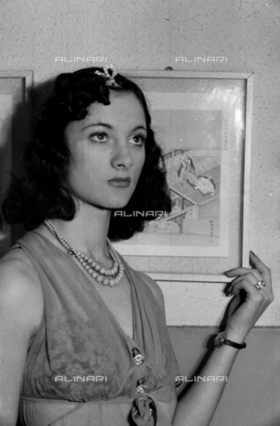 """NVQ-S-004005-0028 - Ritratto femminile; """"Esumazione di una Korai"""" - Data dello scatto: 1941 - Archivi Alinari, Firenze"""