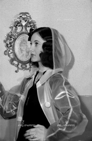 NVQ-S-004005-0034 - Ritratto femminile con mantellina da pioggia - Data dello scatto: 1941 - Archivi Alinari, Firenze