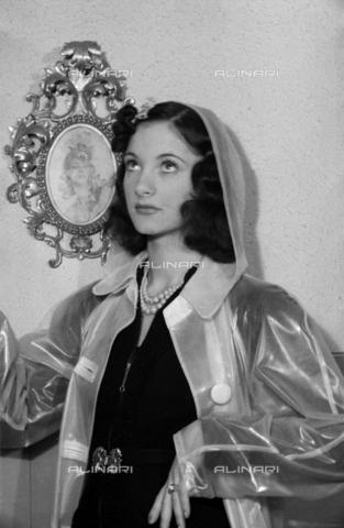 NVQ-S-004005-0035 - Ritratto femminile con mantellina da pioggia - Data dello scatto: 1941 - Archivi Alinari, Firenze