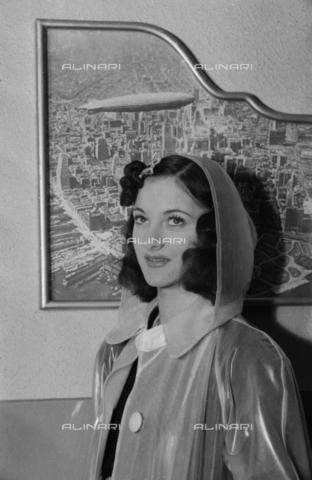 NVQ-S-004005-0037 - Ritratto femminile con mantellina da pioggia - Data dello scatto: 1941 - Archivi Alinari, Firenze