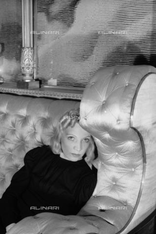 NVQ-S-004006-002A - Ritratto femminile - Data dello scatto: 1940-1945 - Archivi Alinari, Firenze