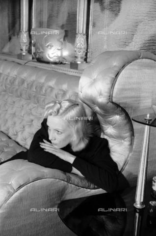 NVQ-S-004006-004A - Ritratto femminile - Data dello scatto: 1940-1945 - Archivi Alinari, Firenze
