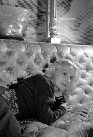 NVQ-S-004006-015A - Ritratto femminile - Data dello scatto: 1940-1945 - Archivi Alinari, Firenze