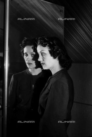 NVQ-S-004006-027A - Modella riflessa nello specchio - Data dello scatto: 1940-1945 - Archivi Alinari, Firenze