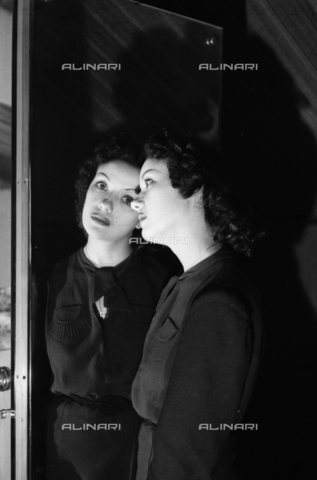 NVQ-S-004006-028A - Modella riflessa nello specchio - Data dello scatto: 1940-1945 - Archivi Alinari, Firenze