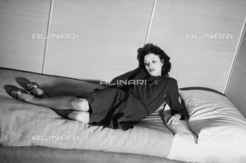 NVQ-S-004006-035A - Modella distesa su un letto - Data dello scatto: 1940-1945 - Archivi Alinari, Firenze