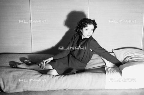 NVQ-S-004006-038A - Modella distesa su un letto - Data dello scatto: 1940-1945 - Archivi Alinari, Firenze