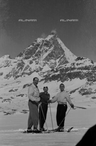 NVQ-S-004008-0011 - Ritratto di gruppo sulla neve - Data dello scatto: 1943 ca. - Archivi Alinari, Firenze